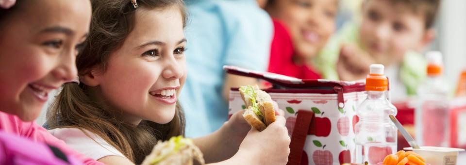 girls_eating_lunch_school